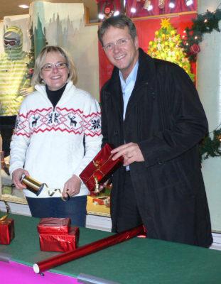 Bürgermeister Mombauer besucht die Päckenpackstation am verkaufsoffenen Sonntag 2010