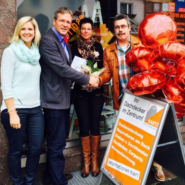 Der Bürgermeister gratuliert (01.04. Bild: Robert Scheuermeyer)